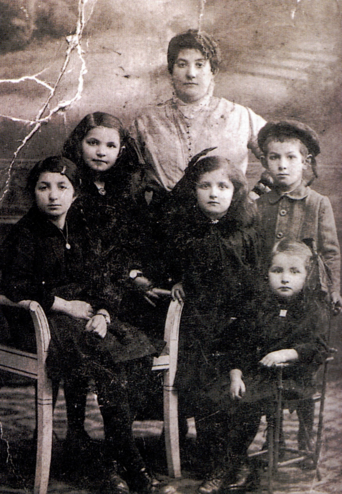 En la imagen, empezando por la izquierda, Sidonie, Gusta, Tosca, Romek y Esther. Detrás su madre, Rivka.
